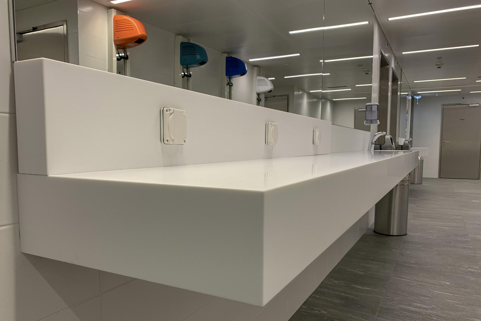 Waschtische für Umkleideräume in Sport-, Fitness- und Wellnessstudios